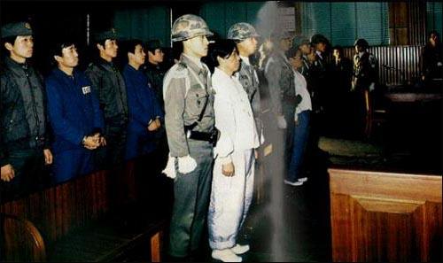 1979년 박정희 대통령이 살해된 궁정동 총격사건과 관련해 김재규 중앙정보부장과 그의 부하들이 군사법정에 섰다. 1979년 박정희 대통령이 살해된 궁정동 총격사건과 관련해 김재규 중앙정보부장과 그의 부하들이 군사법정에 섰다.